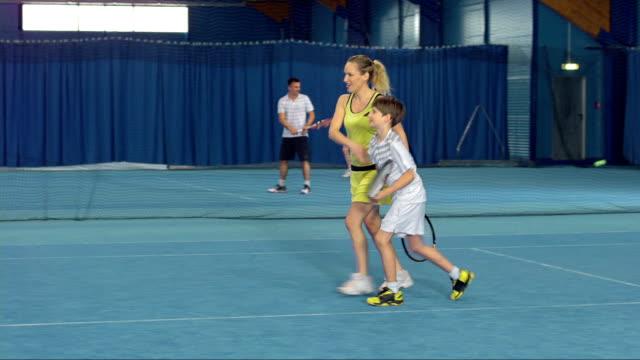 ds ls ファミリの屋内テニスプレー - テニス点の映像素材/bロール