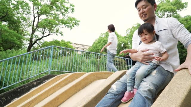 屋外で遊ぶ家族 - 母娘 笑顔 日本人点の映像素材/bロール