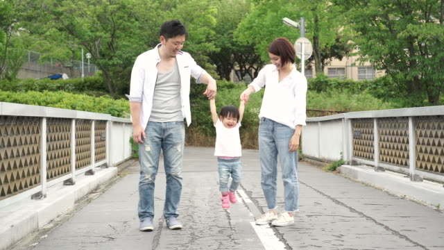 vidéos et rushes de famille jouant à l'extérieur - seulement des japonais