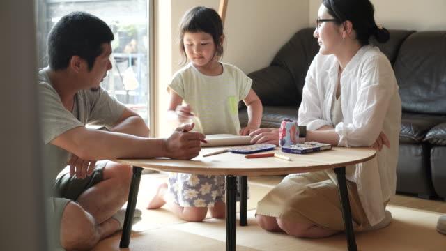 vidéos et rushes de famille jouant ensemble à la maison - seulement des japonais