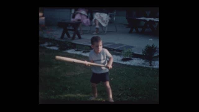 Die Familie spielt mit kleinen Jungen mit Fledermaus und große gelbe Kugel – Video