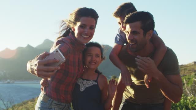 家族の休日 Selfie 海による崖の上のポーズ ビデオ