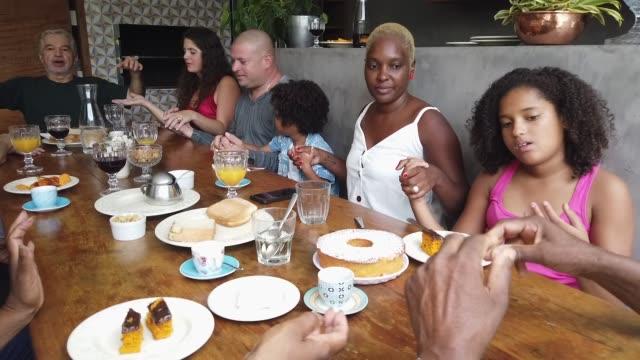 stockvideo's en b-roll-footage met familie bidden voor het ontbijt - breakfast table