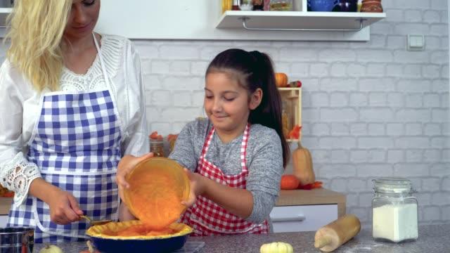 家庭準備南瓜餅 - pumpkin pie 個影片檔及 b 捲影像