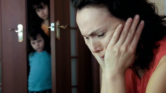 stockvideo's en b-roll-footage met gezinsproblemen. - alleenstaande moeder