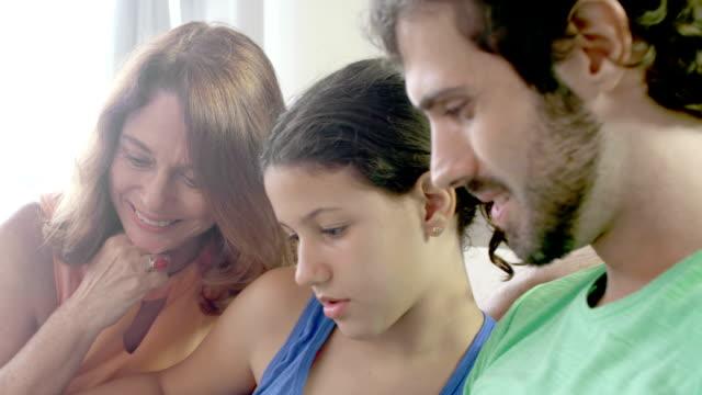 familie zusammen lesen - wohngebäude innenansicht stock-videos und b-roll-filmmaterial
