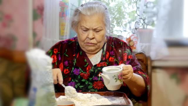 ein familienrezept omas händen kneten sie den teig für brötchen - lebkuchenhaus stock-videos und b-roll-filmmaterial