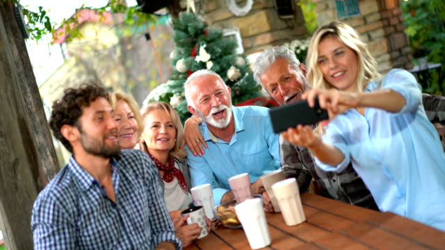 vidéos et rushes de réunion de famille. - man drinking terrace
