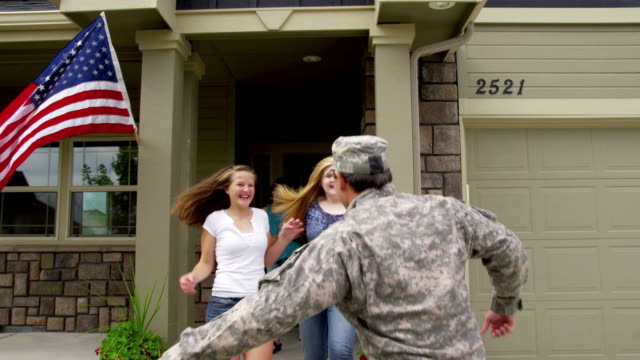 Family runs out to greet soldier video