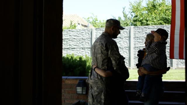 familjen skicka soldat iväg till armén - separation bildbanksvideor och videomaterial från bakom kulisserna