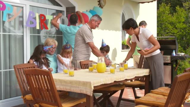 DOLLY HD: Ambiente familiar mesa de fiesta de cumpleaños - vídeo