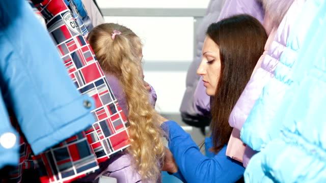 vídeos y material grabado en eventos de stock de familia de compras para la ropa de invierno - abrigo