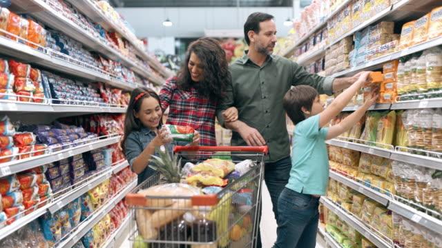 shopping in famiglia al supermercato - comprare video stock e b–roll