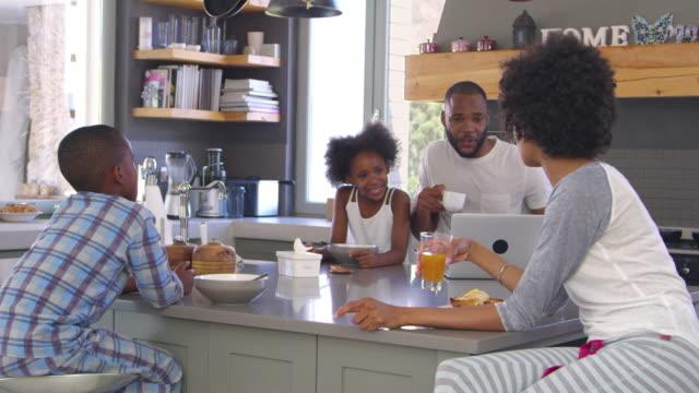 Famille assis dans cuisine profiter ensemble de petit déjeuner le matin - Vidéo