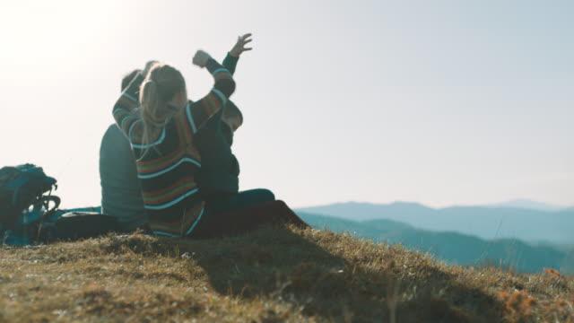 산 꼭대기에 앉아와 양육 가족 공기에서 위로 손을 - mountain top 스톡 비디오 및 b-롤 화면