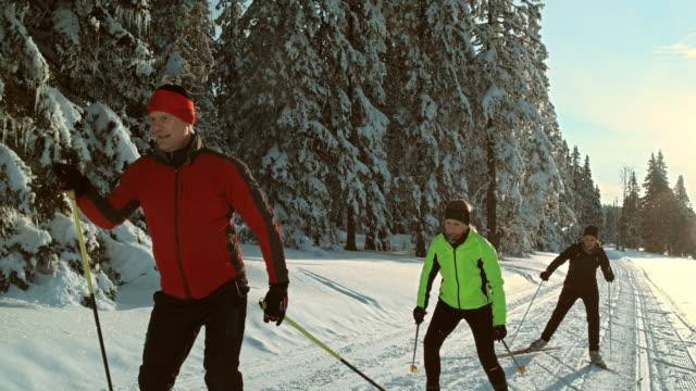 Video TS SLO MO family skating on cross country skiing track