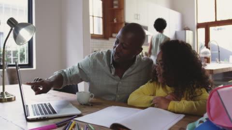 vidéos et rushes de famille passant du temps à la maison ensemble - parents