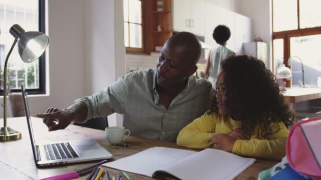 familie verbringt zeit zu hause zusammen - eltern stock-videos und b-roll-filmmaterial