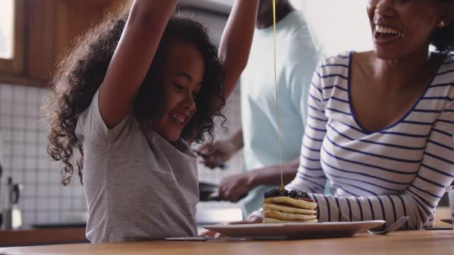 familie verbringt zeit zu hause zusammen - vollzeit elternteil stock-videos und b-roll-filmmaterial