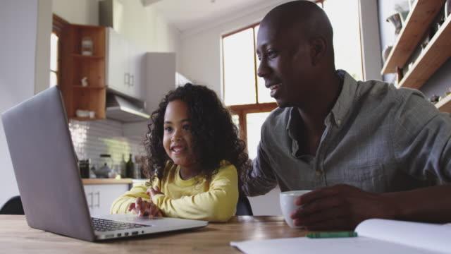 stockvideo's en b-roll-footage met familie die tijd samen thuis doorbrengt - één ouder