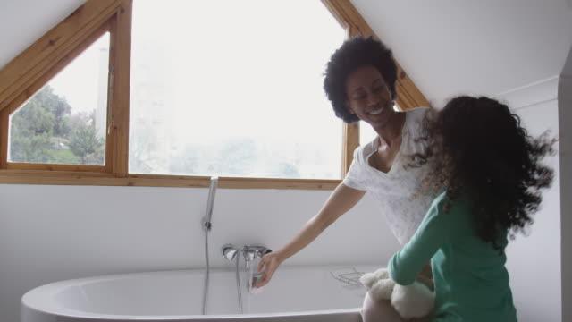 familie verbringt zeit zu hause zusammen - badewanne stock-videos und b-roll-filmmaterial