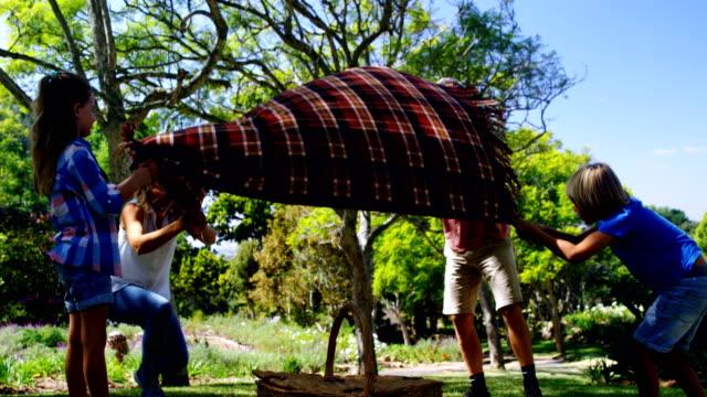 家族のピクニック毛布 4 k を広める ビデオ