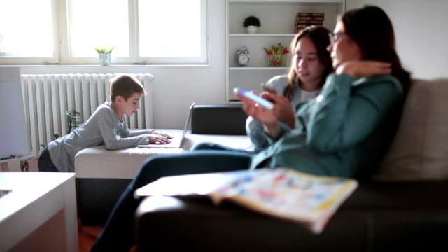 family surfing the internet - surfować po internecie filmów i materiałów b-roll