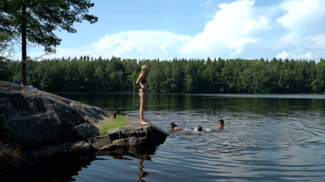 familjen bad i en skogssjö i finland - finland bildbanksvideor och videomaterial från bakom kulisserna