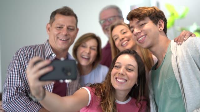 家族は自宅で自分撮りを取る - 親族会点の映像素材/bロール