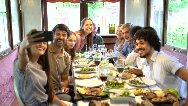 vídeos y material grabado en eventos de stock de familia tomando un selfie en el restaurante - memorial day weekend