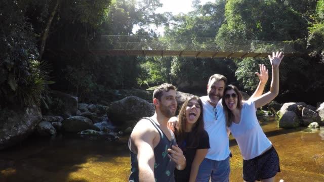 Familia tomando un selfie en cascada en Ilhabela, Sao Paulo, Brasil - vídeo
