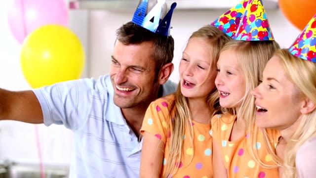 семьи принимая картину в party - 30 39 лет стоковые видео и кадры b-roll