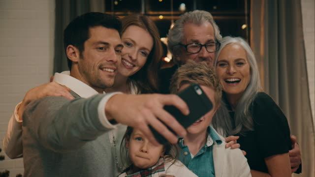 familie fotos am heiligabend - fotografisches bild stock-videos und b-roll-filmmaterial