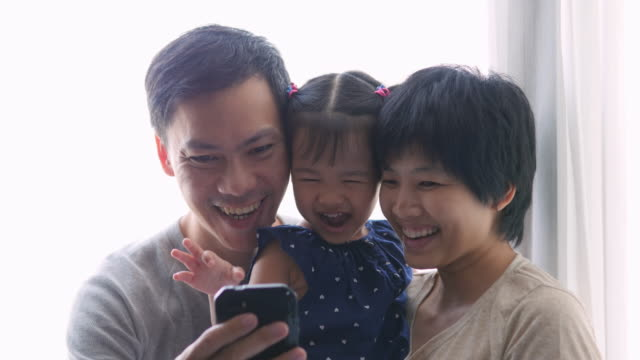 4K : Family taking selfie with mobile phone影片