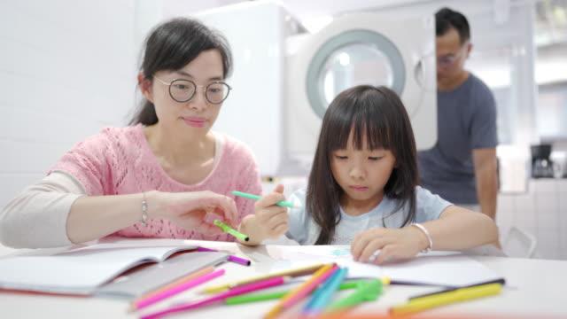 colorazione in famiglia a casa - matita colorata video stock e b–roll