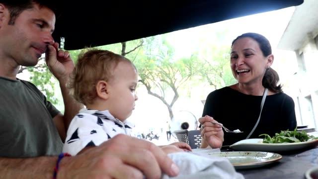 Familie zusammen Essen im Freien. Paar mit Baby Kleinkind Essen – Video