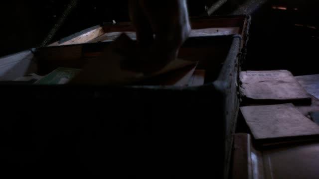 familie schatz erbe - dachboden stock-videos und b-roll-filmmaterial