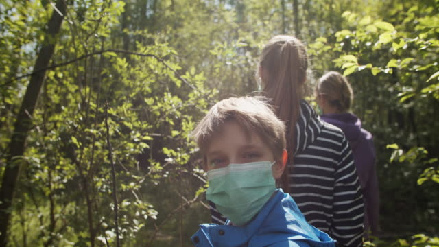 familj som försöker njuta av våren under covid-19 pandemi - naturparksområde bildbanksvideor och videomaterial från bakom kulisserna