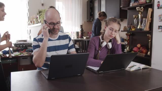 집에서 일하고 배우려는 가족 - 짜증 스톡 비디오 및 b-롤 화면