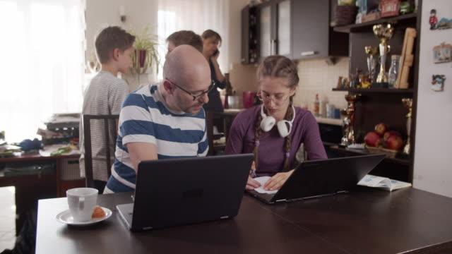 vídeos y material grabado en eventos de stock de familia tratando de trabajar y aprender en casa - stay home