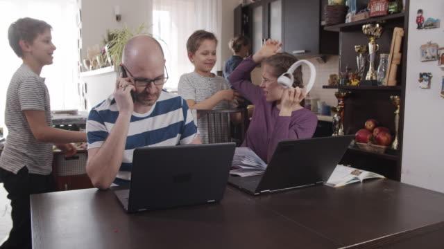 집에서 일하려는 가족 - 짜증 스톡 비디오 및 b-롤 화면