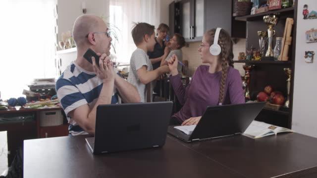 vídeos y material grabado en eventos de stock de familia tratando de trabajar desde casa - stay home