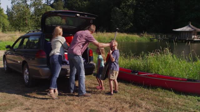 キャンプ場で家族のアンロード車 ビデオ