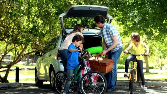 家族の乗り降り車のトランク - ピクニック点の映像素材/bロール