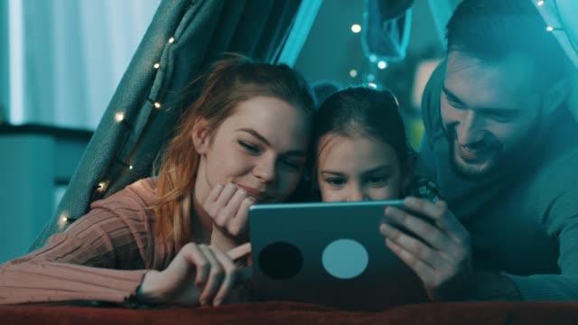 Familie mit tablet zu Hause Zelt – Video