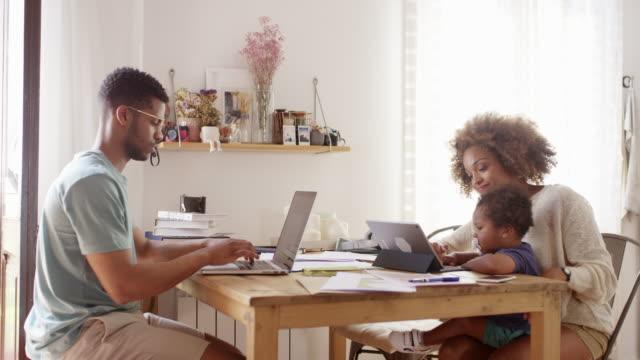 familie mit technologien am tisch in der küche - 2 3 jahre stock-videos und b-roll-filmmaterial