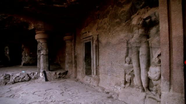 Visita da família na caverna do console de Elephanta, Mumbai - vídeo