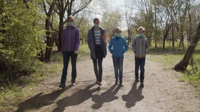 familj promenader i stadsparken under covid-19 pandemi - naturparksområde bildbanksvideor och videomaterial från bakom kulisserna