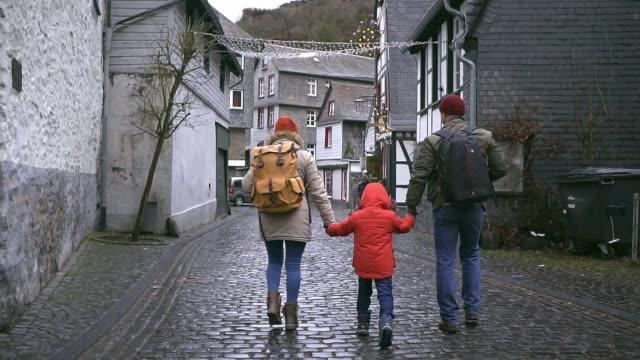 familjen promenader i gamla stan i monschau - gå tillsammans bildbanksvideor och videomaterial från bakom kulisserna