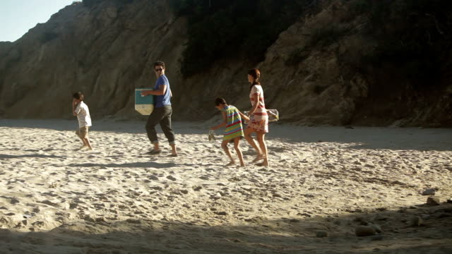stockvideo's en b-roll-footage met family walking on beach - gefabriceerd object